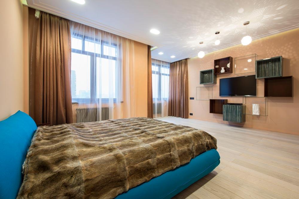 дизайн угловой спальни с двумя окнами